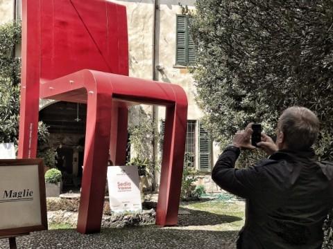 sedia-rossa-via-cattaneo-620x587