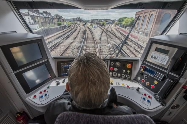 Die Zukunft des Pendlerverkehrs - der komfortable neue Zug für das Londoner Thameslink-Netz wurde am 24. Mai 2016 am Bahnhof Blackfriars vorgestellt. Die 115 Züge der Klasse 700 werden von Siemens gebaut und geliefert, viele von ihnen sind rund 50 Prozent länger als fast jeder Thameslink-Zug der derzeitigen Flotte. Die Züge haben ein geräumigeres Design und wurden speziell für das gestiegene Fahrgastaufkommen auf den Thameslink-Strecken ausgelegt. Allein in den letzten fünf Jahren stiegen die Fahrgastzahlen hier um 40 Prozent. On 24 May 2016, Thameslink is set to showcase the future of commuting when it unveils the spacious new Class 700 Thameslink train at Blackfriars station. 115 'Class 700' trains are being delivered by Siemens, many of them 50% longer than almost every train in the Thameslink fleet which, with its spacious new design, will help meet the huge growth in passenger numbers on Thameslink which have soared 40% in the past five years.
