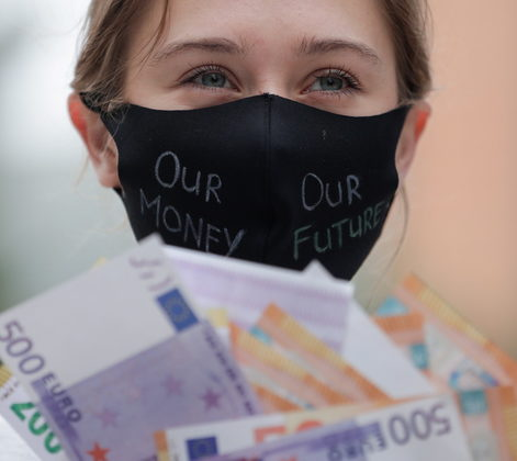 epa08551153 An activist wearing a face mask takes part in a protest for a green and just recovery in front of the European Council in Brussels, Belgium, 17 July 2020. European Union leaders will discuss plans responding to coronavirus crisis and new long-term EU budget at the special European Council on 17 and 18 July. EPA/STEPHANIE LECOCQ