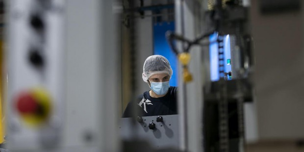 Dipendenti indossano mascherine e guanti protettivi a prevenzione della diffusione del Covid-19, durante il turno di lavoro, presso lo stabilimento industriale di packaging farmaceutico Eurpack di Aprilia, Roma. 21 aprile 2020 ANSA/MASSIMO PERCOSSI